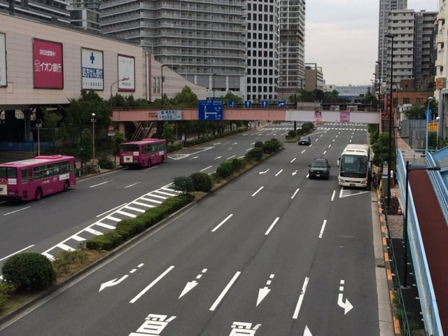 左手がイオン東雲店。ちょうど右手に停まっているバスが「THEアクセス成田」