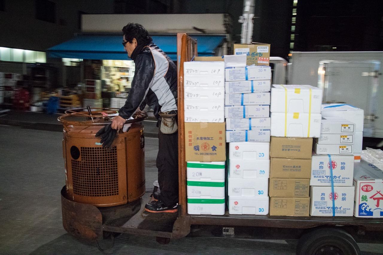 築地市場を走る電気三輪自動車ターレ